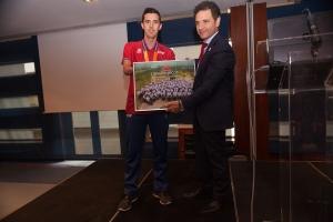 José Manuel Ruiz, abanderado y medallista, haciendo entrega de la fotografía de todo el Equipo Paralímpico Español a José Álvarez, Presidente de Unidental.